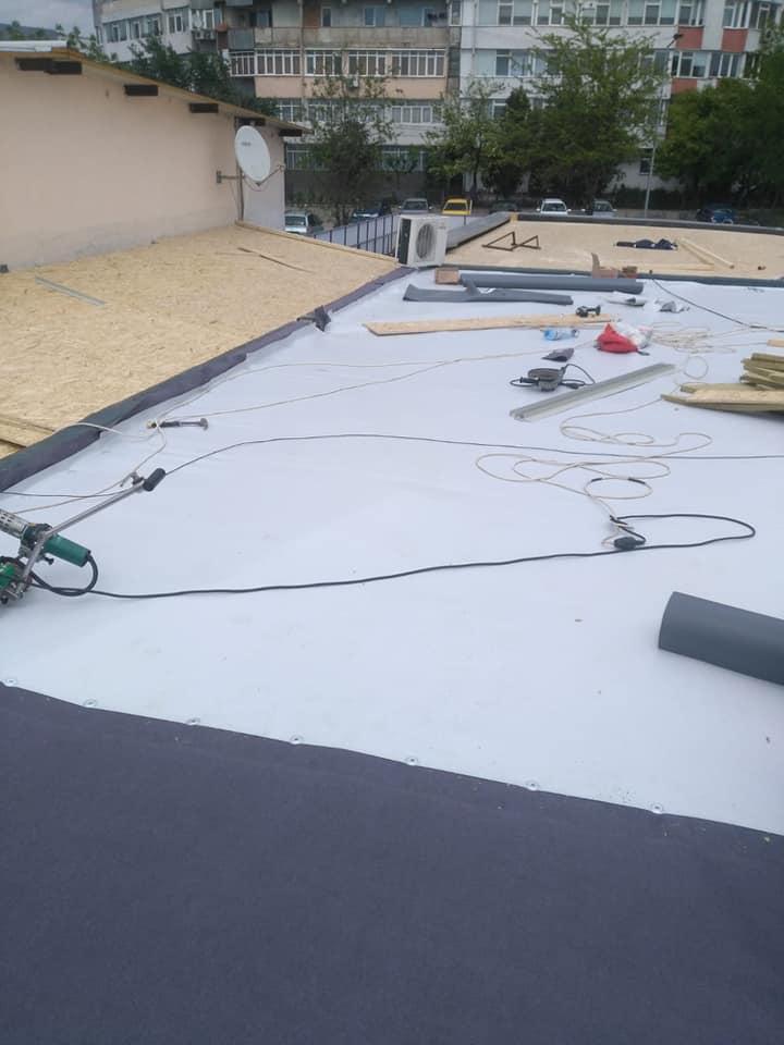 Reparatie acoperiș cu montaj de osb, contrapanta din vata și execuție hidroizolație acoperiș cu membrana PVC Sikaplan 15 G Rompetrol Galati (10)