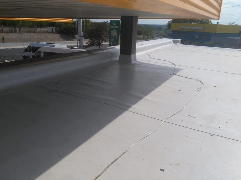 Reparatie acoperiș cu montaj de osb, contrapanta din vata și execuție hidroizolație acoperiș cu membrana PVC Sikaplan 15 G Rompetrol Galati (13)