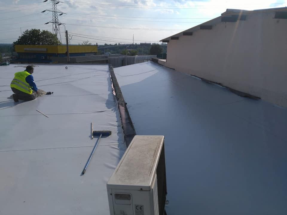 Reparatie acoperiș cu montaj de osb, contrapanta din vata și execuție hidroizolație acoperiș cu membrana PVC Sikaplan 15 G Rompetrol Galati (15)