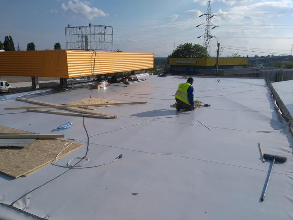 Reparatie acoperiș cu montaj de osb, contrapanta din vata și execuție hidroizolație acoperiș cu membrana PVC Sikaplan 15 G Rompetrol Galati (9)