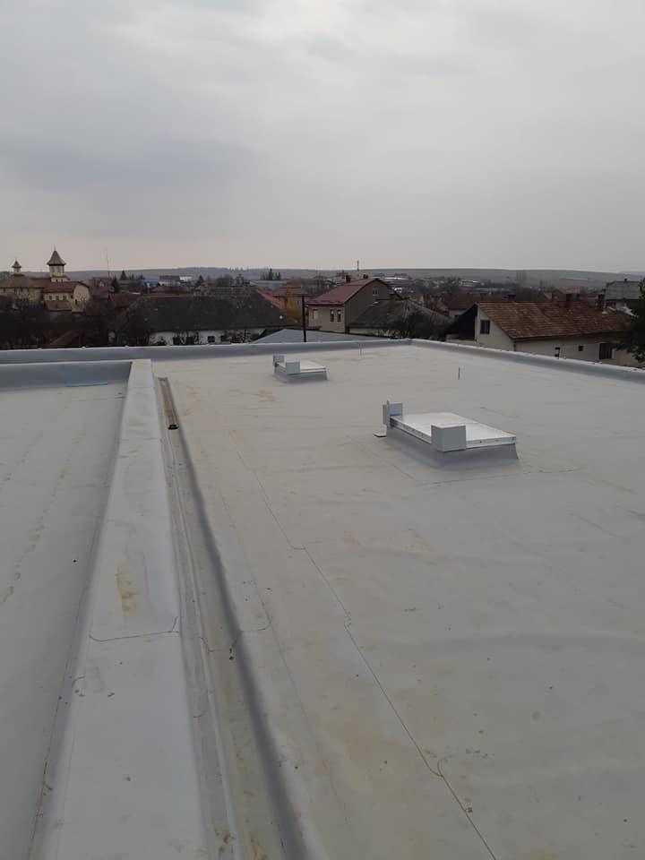 Tabla cutata, termosistem vata minerala, hidroizolatie membrana FPO Bauder – 2500 mp și trape de fum – LIDL Huedin 19