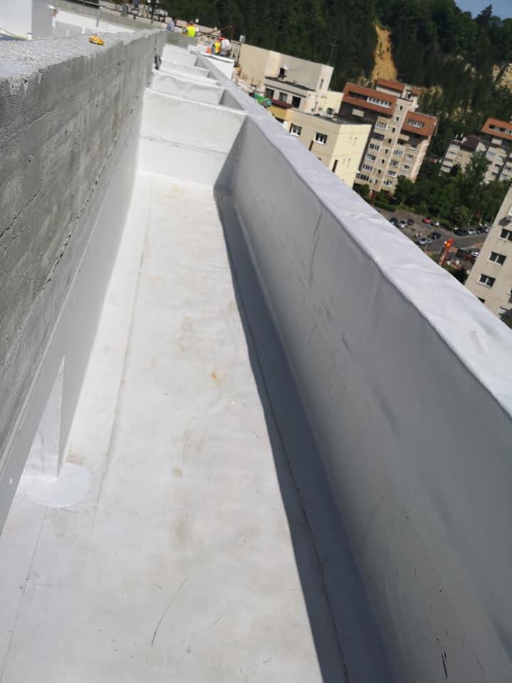 Termosistem vata minerala si hidroizolatie membrana PVC Sikaplan 15 G – 1450 mp cu covor de trafic Sikaplan Walkway, sistem de scurgeri Geberit, sistem de ventilații – Terasa bloc Magnolia Br ( (3)