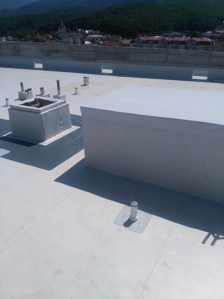 Termosistem vata minerala si hidroizolatie membrana PVC Sikaplan 15 G – 1450 mp cu covor de trafic Sikaplan Walkway, sistem de scurgeri Geberit, sistem de ventilații – Terasa bloc Magnolia Br ( (30)